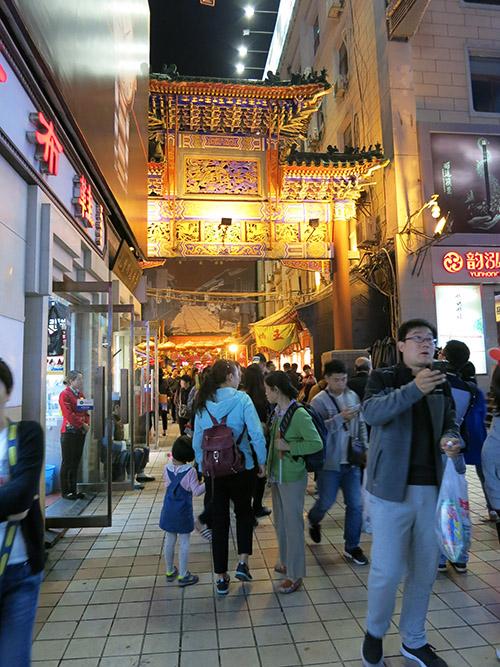 Indgangen til Wangfujing Snack Street. Det var derinde, man kunne købe skorpioner på spid.