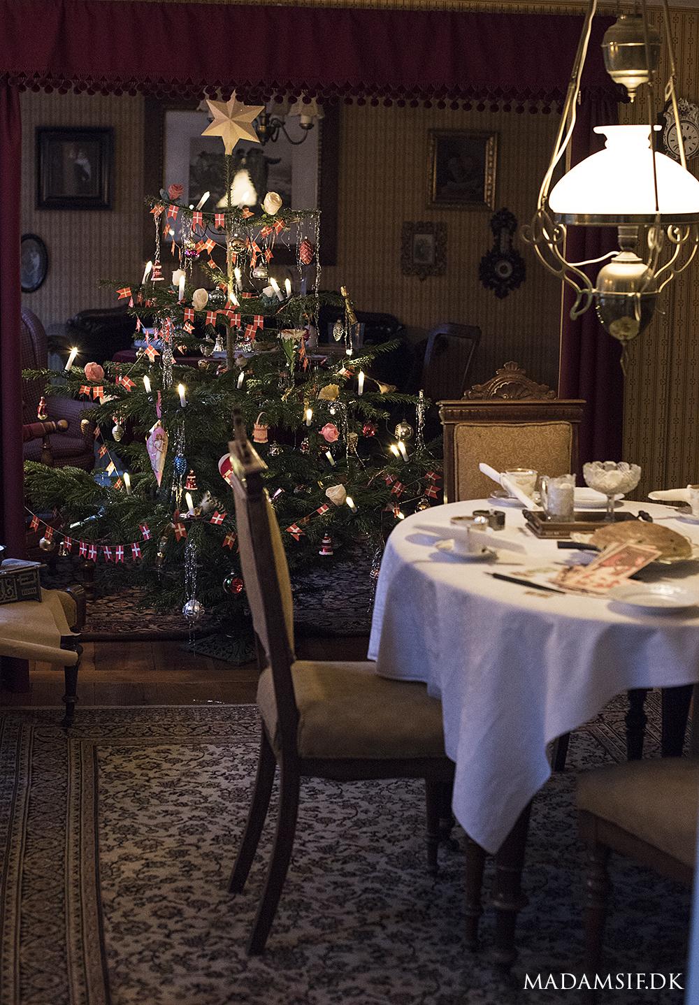 Juletræ med hjerter, papirsroser, flagguirlander, kræmmerhuse og andet fedteri.