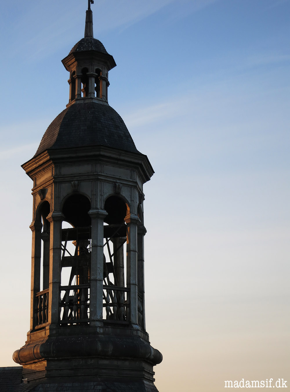Klokketårnet befinder sig knap 10 meter fra mit vindue. Det er awesome.