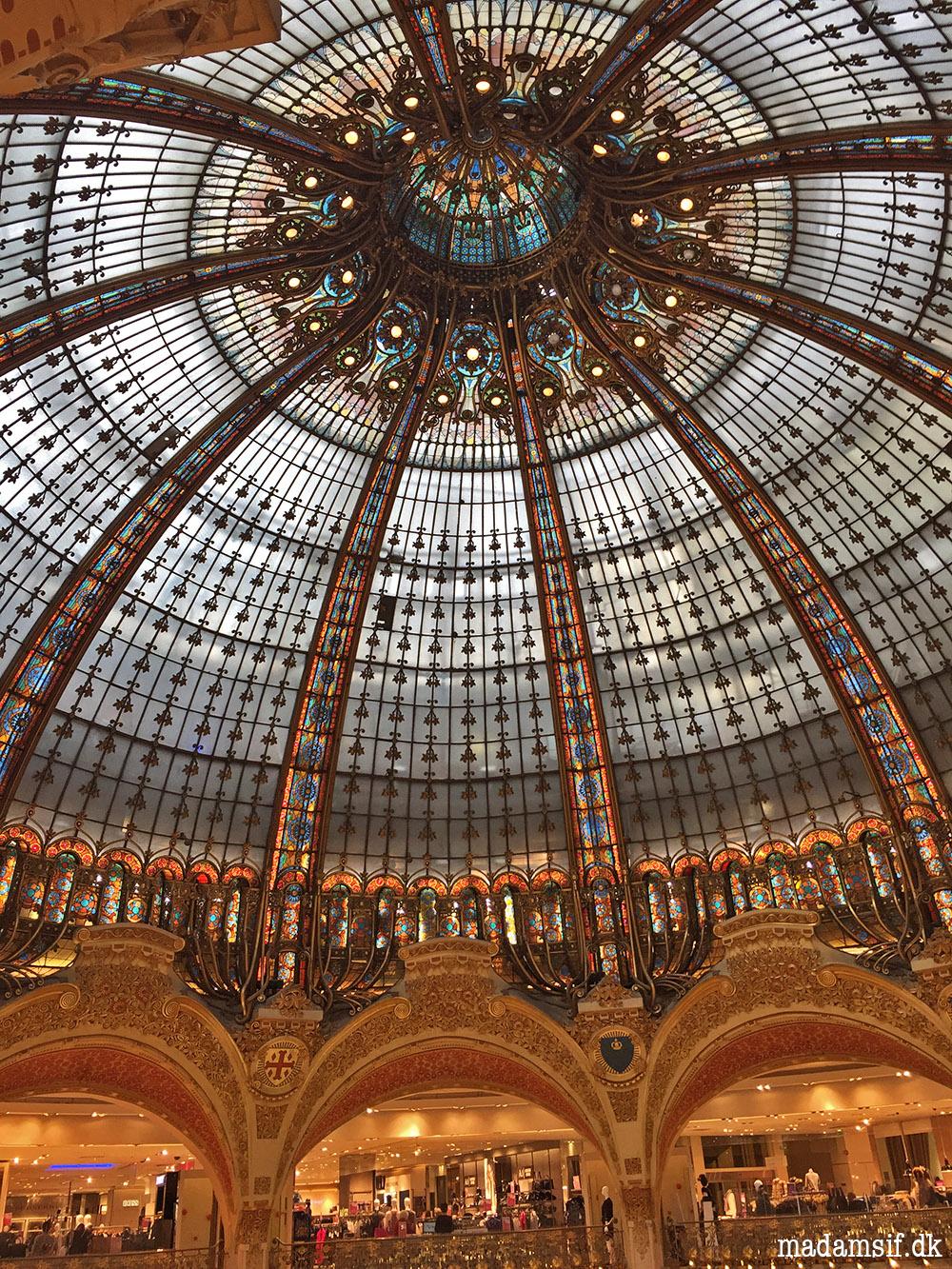 Den famøse og berømmede glaskuppel i Galeries Lafayette.