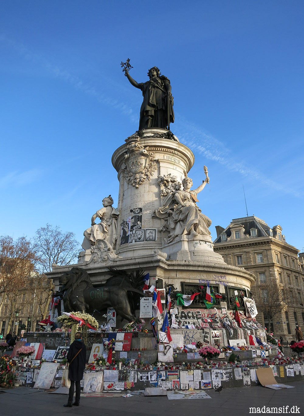 Place de la République er forvandlet til et mindesmærke over ofrene for angrebene i Paris.