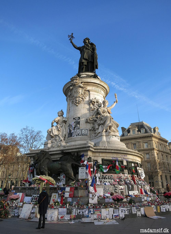 Damen på toppen hedder Marianne og er symbolet på den franske republik - Frihedsgudinden.