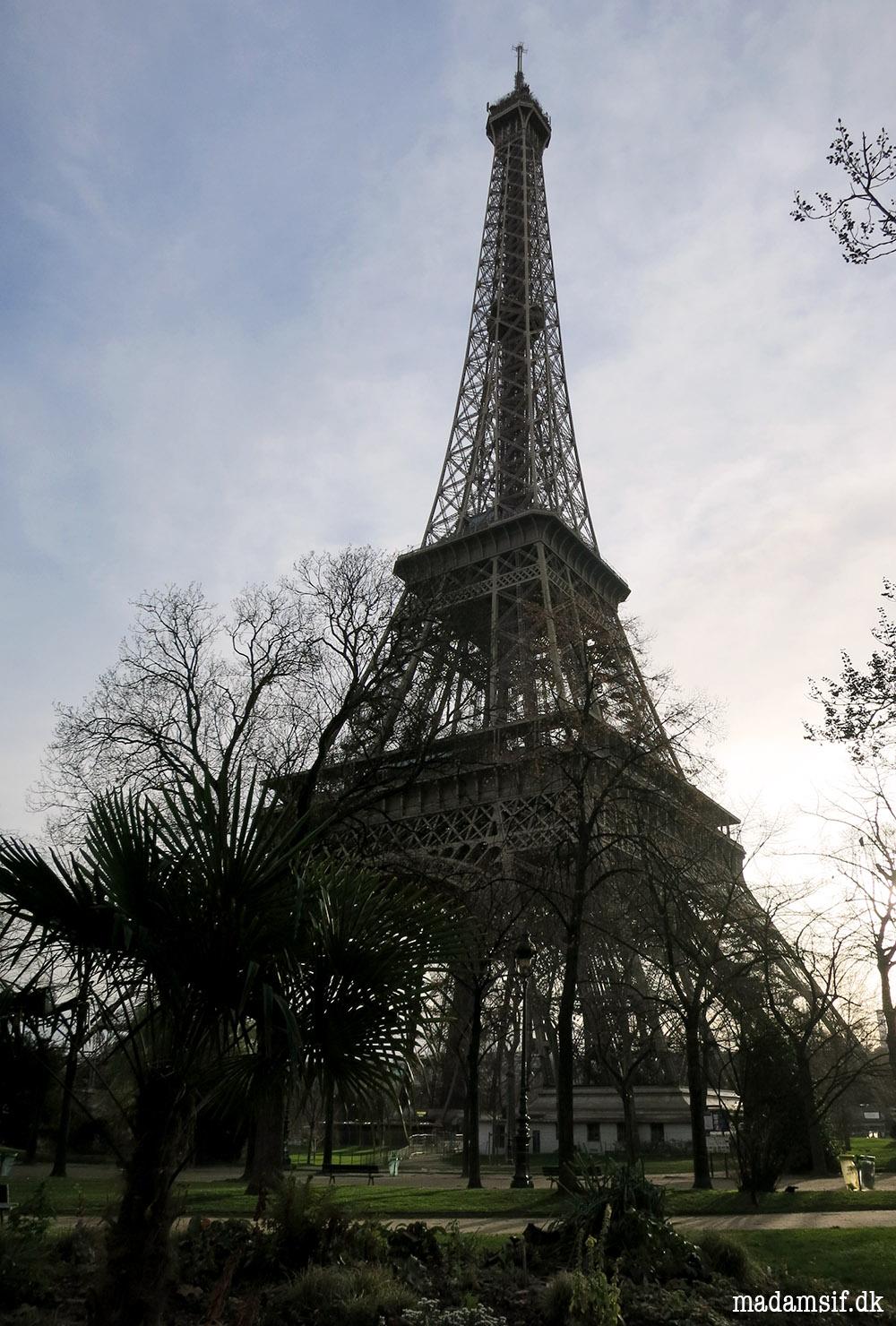 O Eiffeltårn, O Eiffeltårn, du virker noget vakkelvorn...