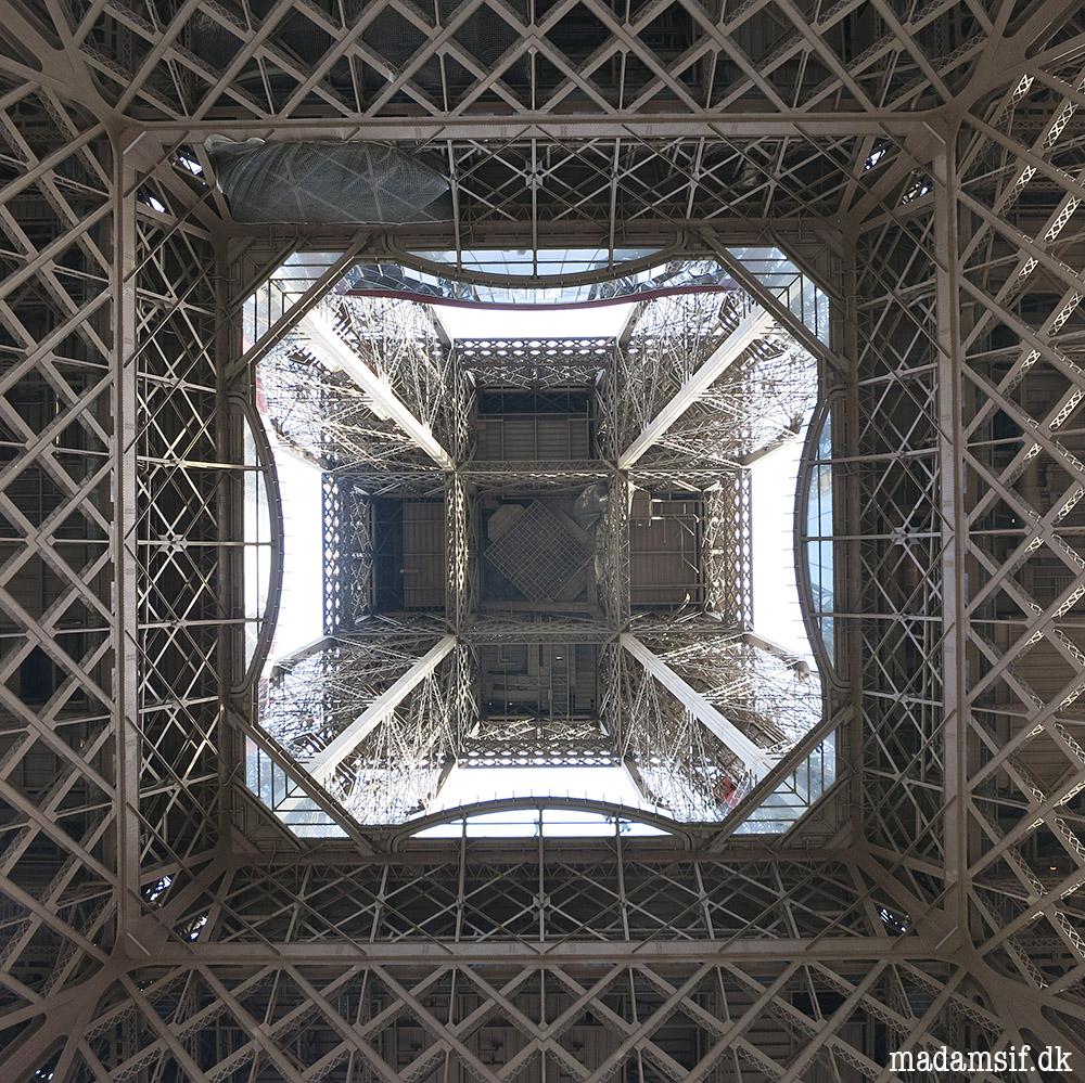 Eiffeltårnet set nedefra. Ingen fotografer fik hold i nakken under tilblivelsen af dette billede.