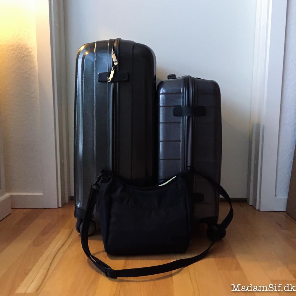 Til venstre min indtjekningskuffert og til højre min håndbagagekuffert. Forrest min bette Pacsafe skuldertaske.