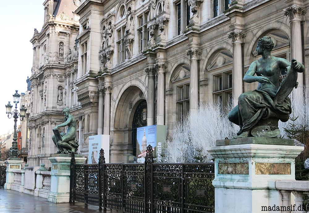 """Vådt, men godt. Statuerne """"Videnskab"""" og """"Kunst"""" foran rådhuset i Paris."""