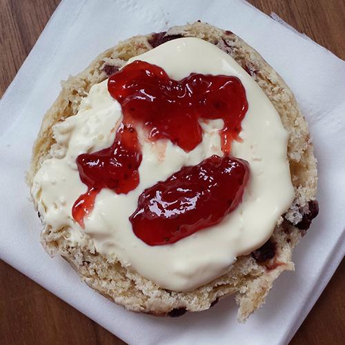 Hotelværelsesvariant af Cream Tea – clotted cream og jordbærsyltetøj på en jordbærscone.