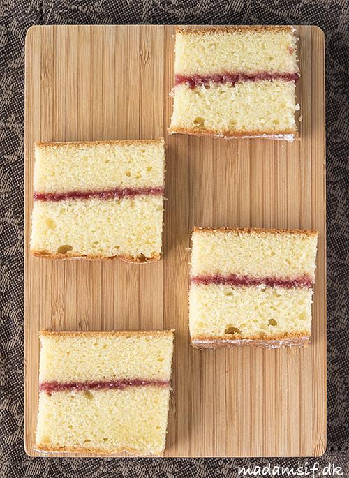 Victoria sponge skåret ud som sandwiches.