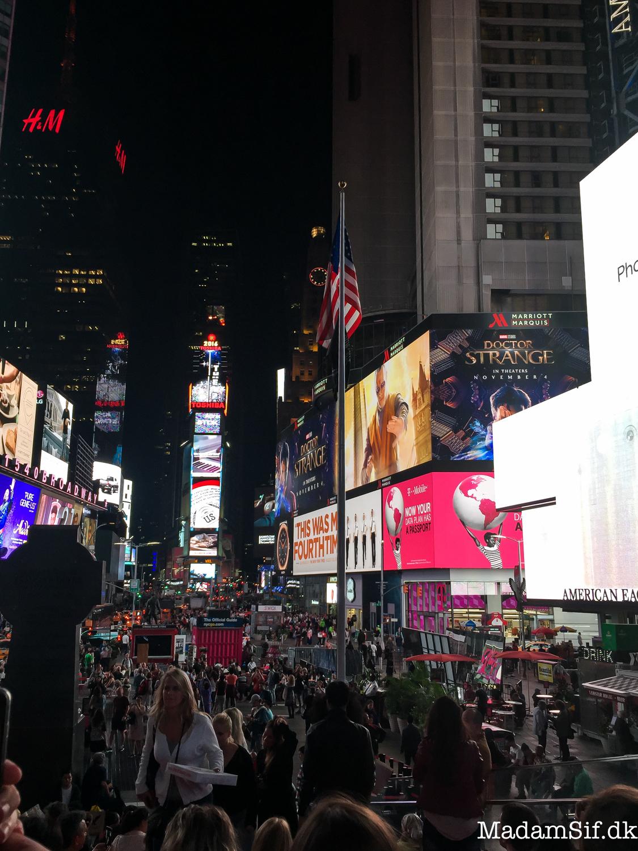 Man kan sidde på sådan en lille tribune, der er sat op på Times Square. Man skal bare lige tjekke om nogen har spildt noget før man sætter sig.