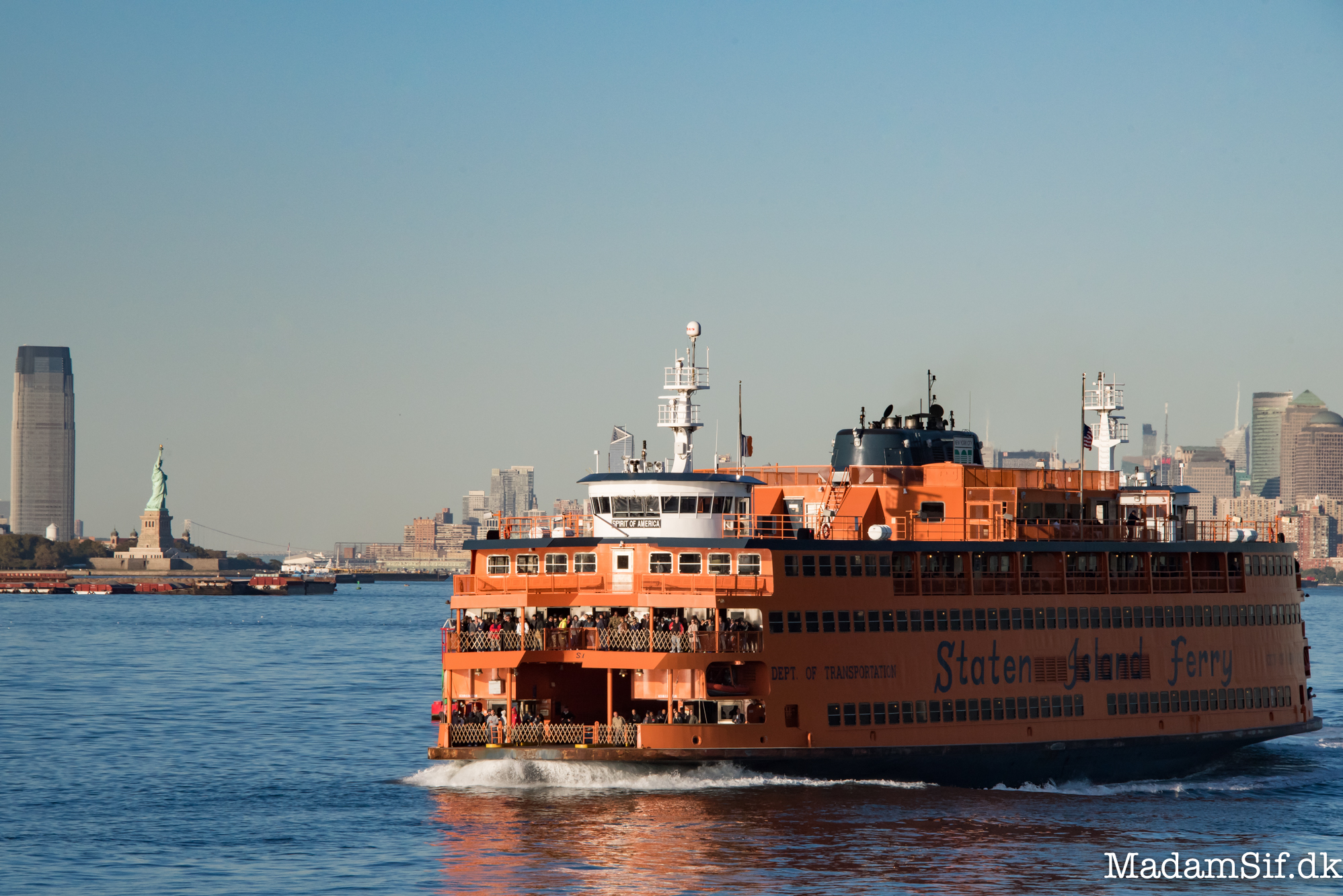 En meget orange Staten Island Ferry.