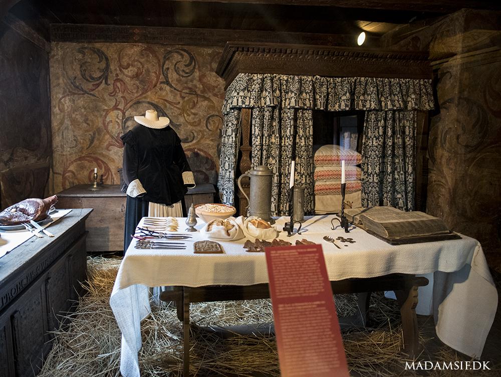 Den Gamle By i Århus giver deres bud på et julebord fra 1625. Der er blandt andet hvedekager, skinke, grønlangkål og æbleskiver. Og i det store lerfad står risengrøden!