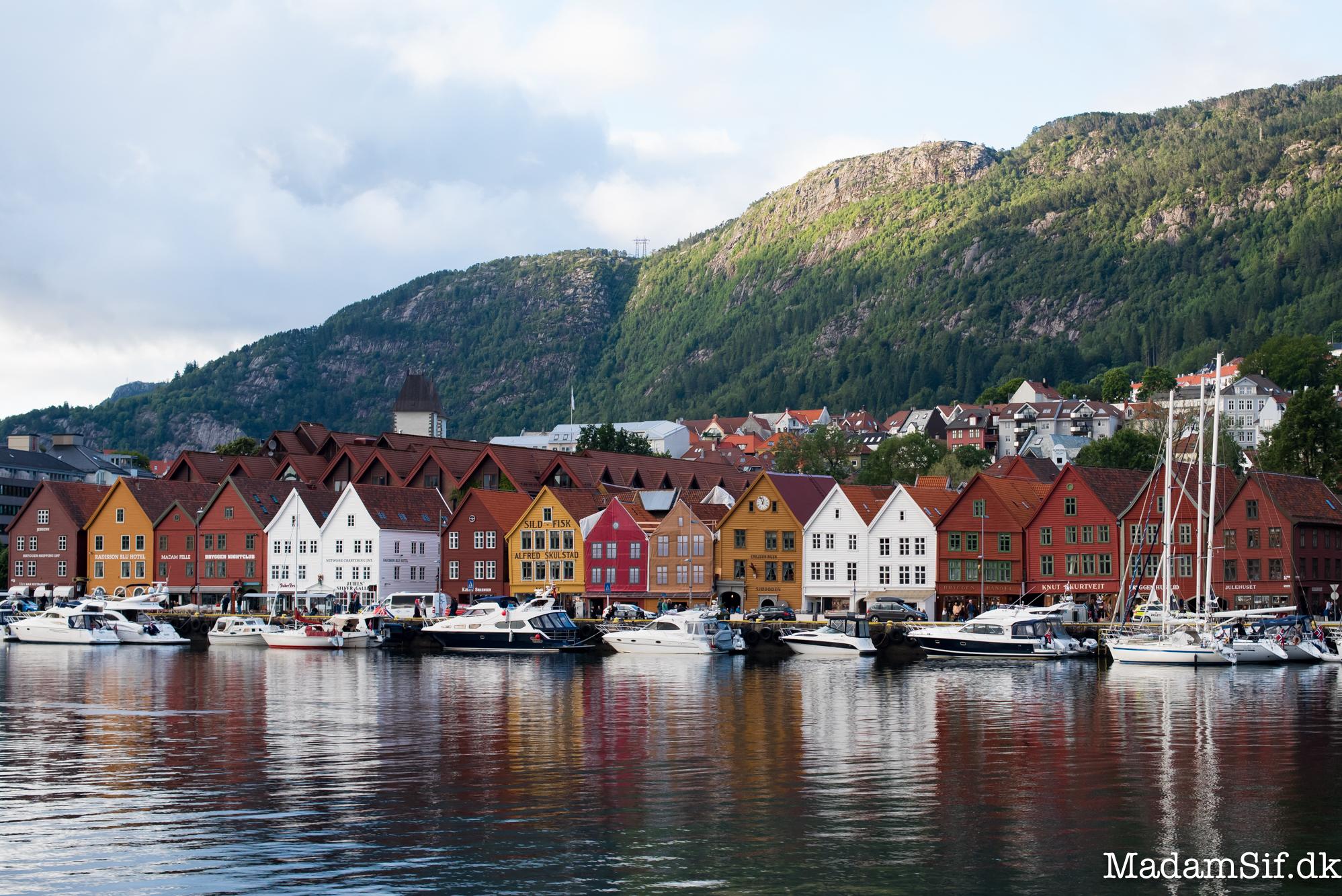 Bryggen, bakker og både i Bergen.